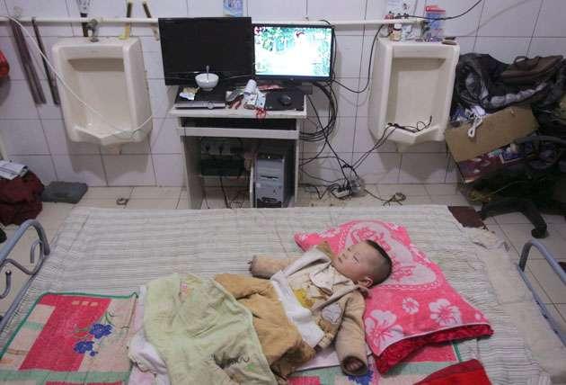 28zeng630rc - Una familia lleva seis años viviendo dentro de un baño público en China