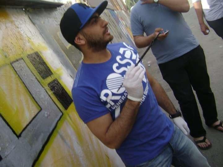 صور تامر حسني يكتب اسم شهداء التحرير على الجدار iqpiccff277e2af.jpg